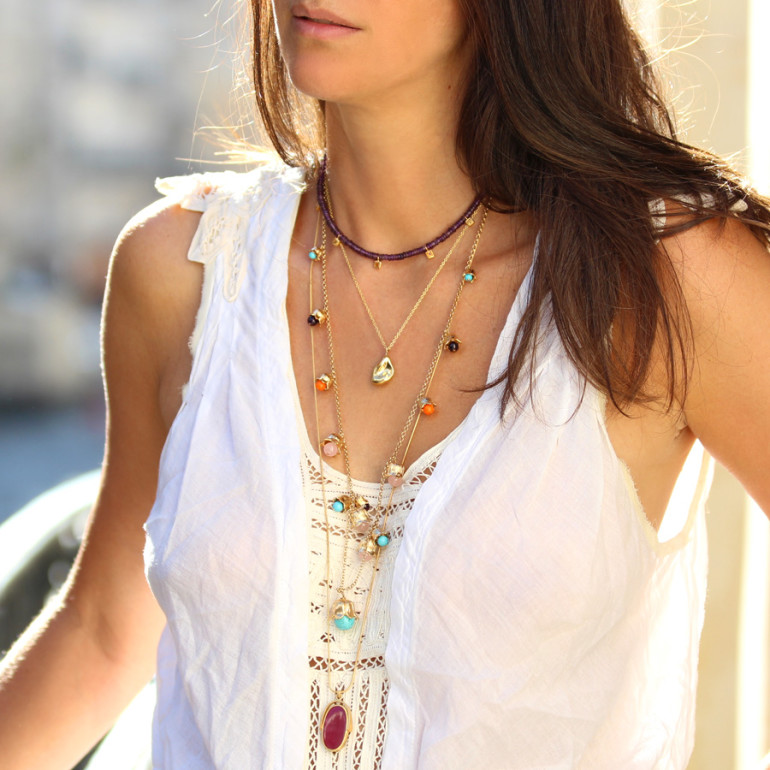 Look-robe-broderie-blanche-colliers